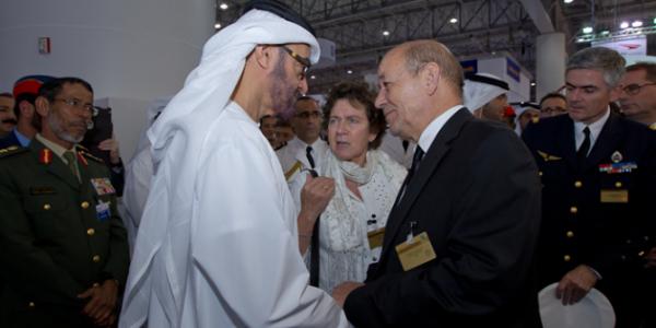Министр обороны Франции Жан-Ив Ле Дриан и наследный принц Абу Даби шейх Мохаммед бен Заед Аль Нахайян на авиасалоне Dubai Airshow 2013 | latribune.fr