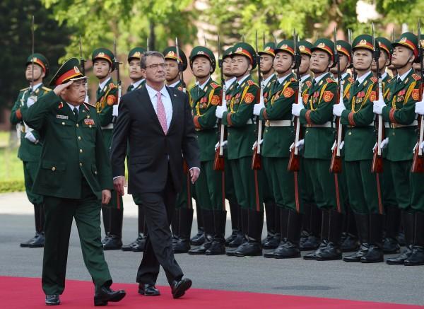 Министр обороны США Эштон Картер и министр обороны Вьетнама Нгуен Фу Чонг в ходе визита американской делегации в Ханой в июне 2015 г. (с) REUTERS