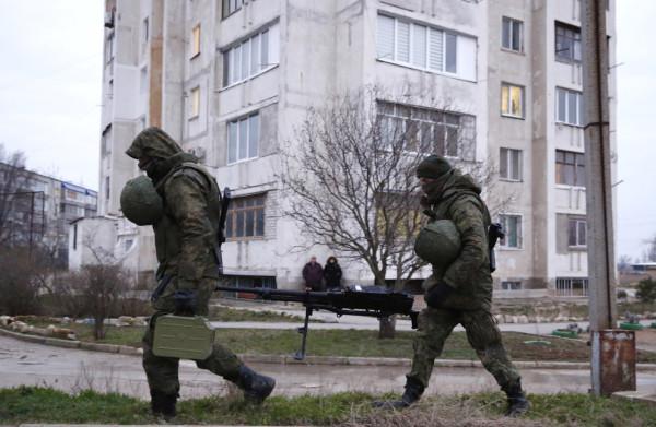 Около украинской военной базы в Евпатории, 9 марта 2014». (с) Reuters | Thomas Peter