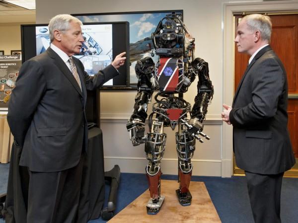 Министр обороны США Чак Хейгел вместе с представителем DARPA Брэдом Таусли осматривает новейшие разработки агентства перед уходом с поста в 2015 году